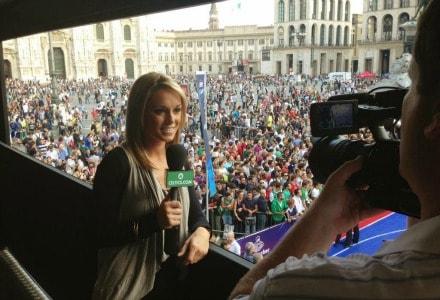 Giornalista americana con sfondo piazza duomo Milano